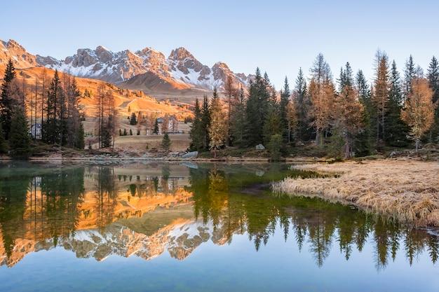 Утреннее озеро с отражением горы в воде, осенний пейзаж