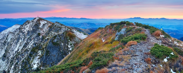 夜明けの朝の風景。昇る太陽の暖かい光と山のパノラマ。カルパティア山脈、ウクライナ、ヨーロッパ