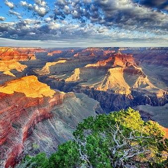 米国アリゾナ州グランドキャニオンの朝の光