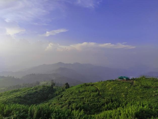 山の景色を望む朝の光