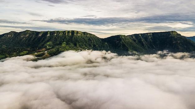山、日の出と霧の海と朝の霧