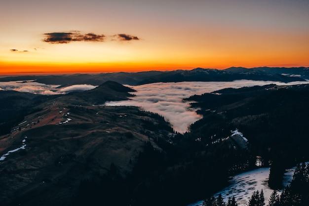 Mattina in montagna. ucraina dei carpazi, vista aerea.