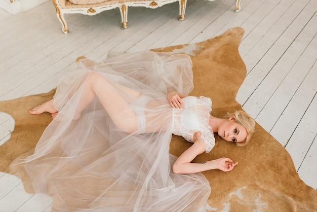 私室のドレスを着た美しい若い花嫁の朝