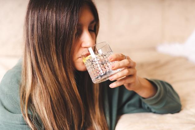 침실에서 아름 다운 젊은 여자 식 수의 아침