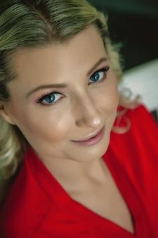 빨간색 가운에 snowwhite 미소와 함께 아름 다운 행복 신부의 아침 웃고 호텔 방에서 재미 앉아