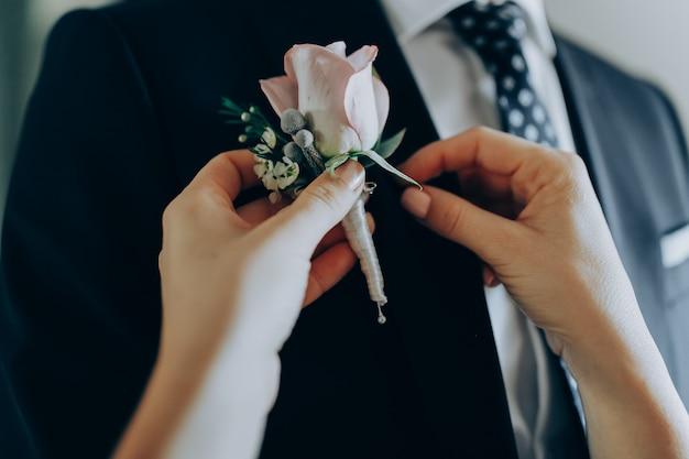 花嫁の朝。最初の会議。新郎新婦は服を着る