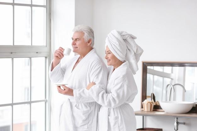 バスルームで成熟したカップルの朝