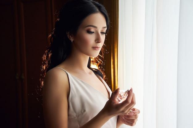Утро невесты, женщина готовится к свадебной церемонии