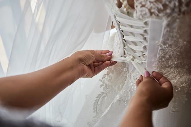 아름다운 드레스를 입은 신부의 아침, 결혼식 전에 준비하는 여성