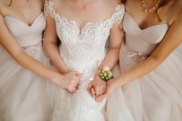 Утро невесты, когда она носит красивое платье