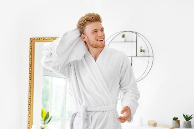 自宅でシャワーを浴びた後の若い男の朝
