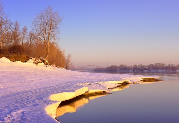 春の川岸の氷と雪が溶けるobの土手での朝