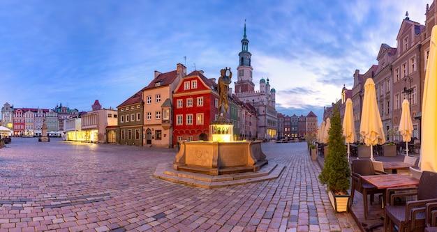 ポーランド、ポズナン、旧市街の旧市場広場にあるポズナン市庁舎の朝のパノラマ