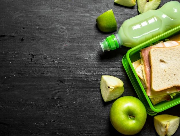 朝のピクニック。ミルクセーキとフルーツをサンドイッチします。
