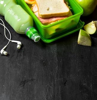 Утренний пикник. бутерброды с молочным коктейлем и фруктами.