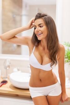 Ritratto di mattina di bella donna in bagno