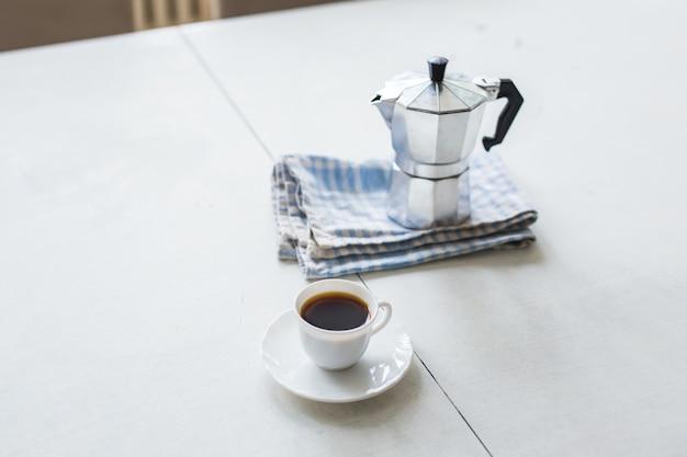 朝。一杯のコーヒーを注いで、次の日を楽しんでください