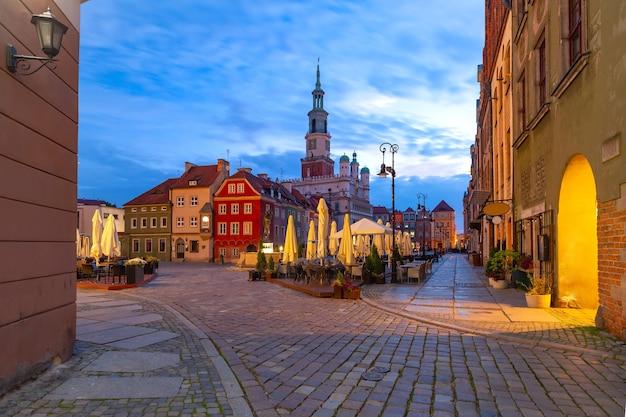 ポーランド、ポズナン、旧市街の旧市場広場にある朝のポズナン市庁舎