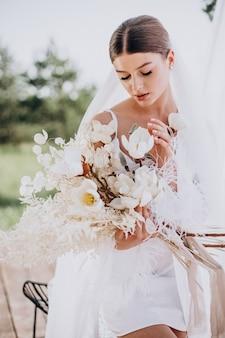 Утренняя подготовка невесты молодой женщины, чтобы быть