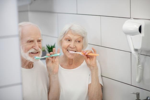 朝の手順。老夫婦が一緒に歯を磨いて気分が良い