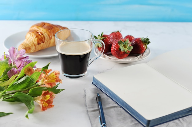 Утренний романтический завтрак, кофейный журнал, пустая тетрадь
