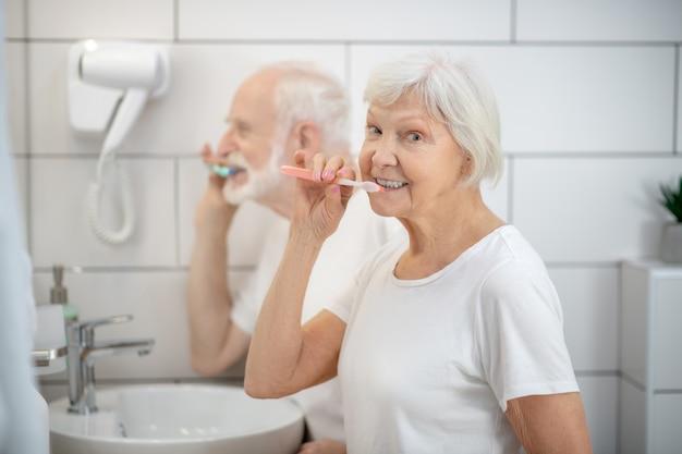 毎朝の日課。老夫婦が一緒に歯を磨き、満足そうに見える