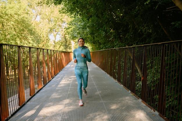 아침 달리기, 여름 공원에서 훈련중인 여자