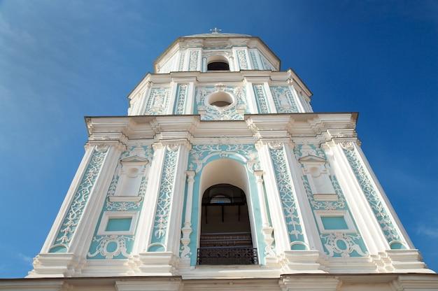 朝の聖ソフィア大聖堂の鐘楼の建物の眺め。キエフ-ウクライナの市内中心部。