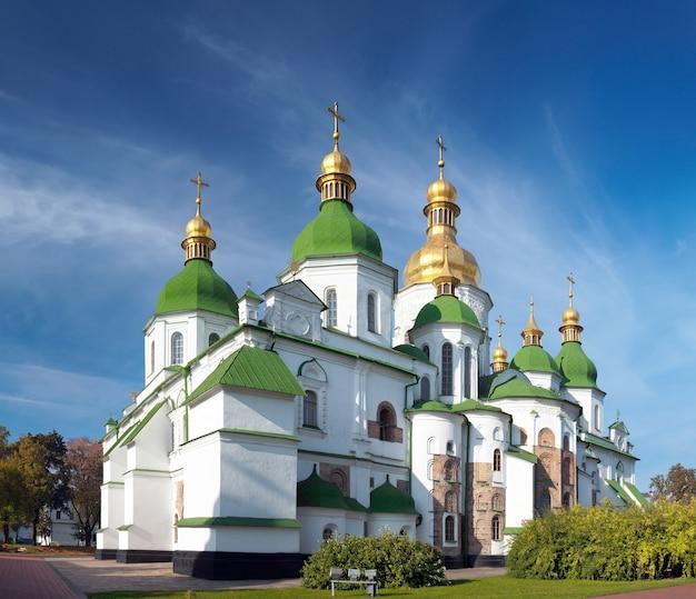 Утренний вид здания церкви софийского собора. киев-центр города, украина. составное изображение из трех кадров.