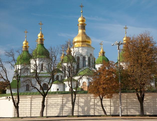 Утренний вид здания церкви софийского собора. киев-центр города, украина.