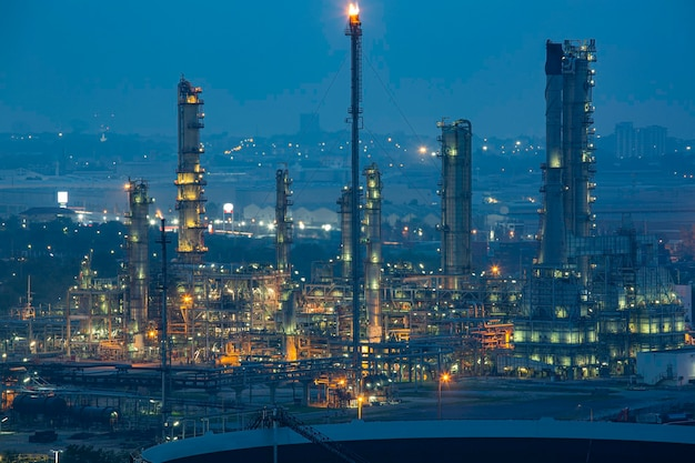 丘の頂上での朝の時間の石油精製プラントと石油化学産業の発電所の朝のシーン
