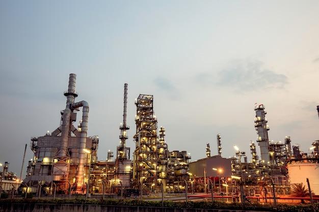 아침 시간에 정유 공장과 석유 화학 산업의 발전소의 아침 장면