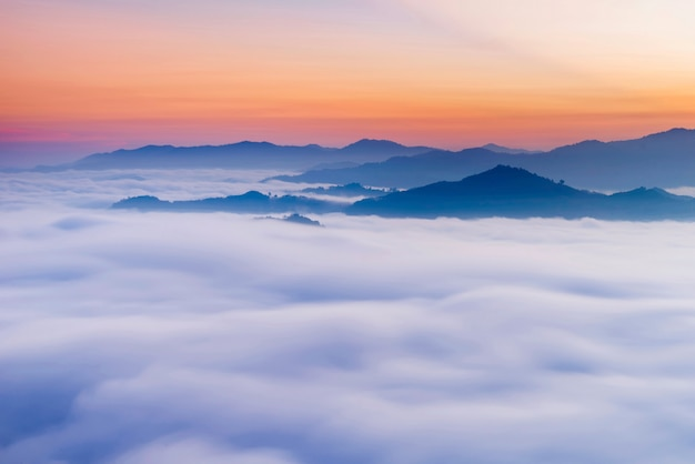 Утренний пейзаж. восход солнца. утром стоит морской туман с красивой горной грядой, южные пейзажи таиланда.
