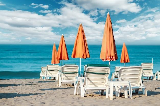 Утреннее море, пляж, пустые лежаки для отдыхающих. концепция путешествия, отдыха, релаксации.