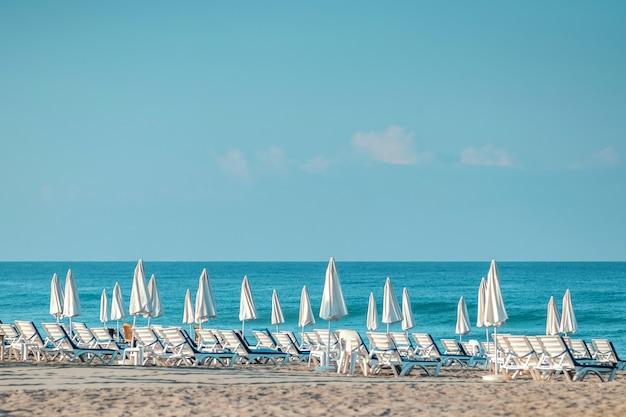 Утреннее море, пляж, пустые лежаки для отдыхающих. концепция отпуска.