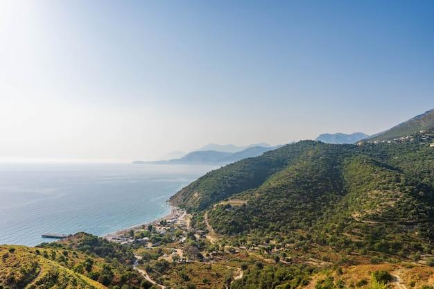 美しい山々と海のある朝の海景