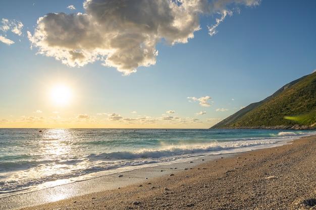 美しい山々のある朝の海の景色。