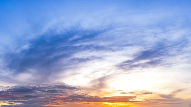 雲と太陽と朝の空。