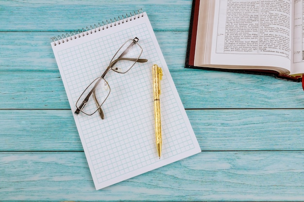 Утренний кабинет с письменным столом открыл библию крупным планом время молитвы