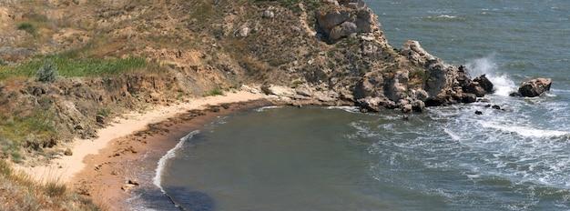 Утреннее летнее море и прибойная волна разбиваются о береговую линию. шесть кадров составного изображения.
