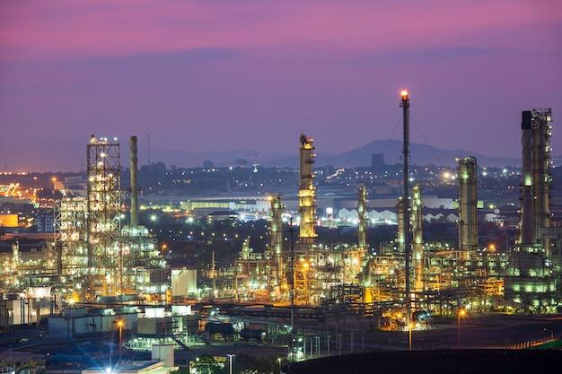 Утреннее солнце оранжевая сцена нефтеперерабатывающего завода и башня колонны нефти нефтехимической промышленности в горах