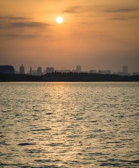 Утренний рассвет город небоскребов парк озеро ясно спокойная вода