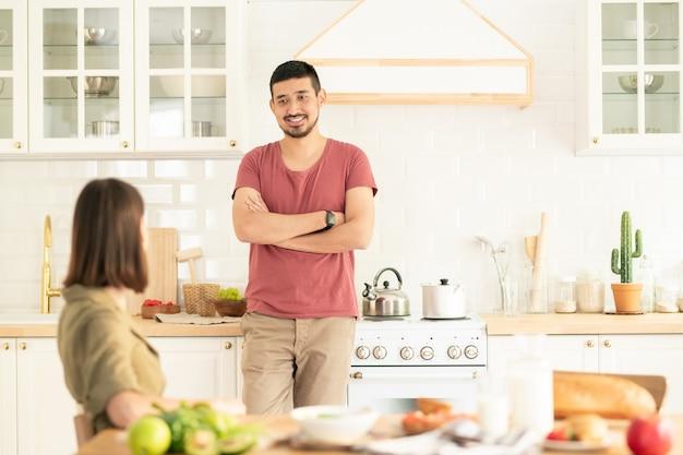 Утренний разговор, пара на кухне