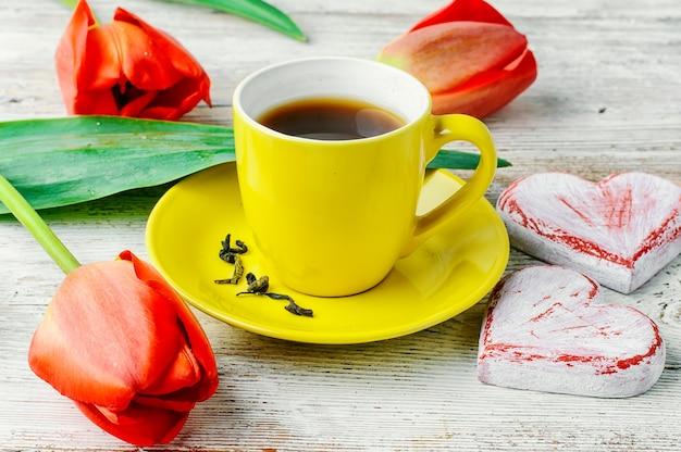 朝のお茶とチューリップ