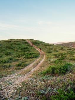 モーニングトラック。早朝の山脈のウォーキングやハイキングコース。狭い山道をハイキングします。垂直方向のビュー