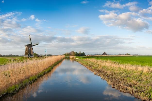 風車と運河、オランダの朝の伝統的な風景