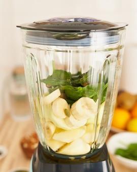해독과 적절한 영양을 위해 스무디를 만드는 블렌더의 아침 비건 아침 식사