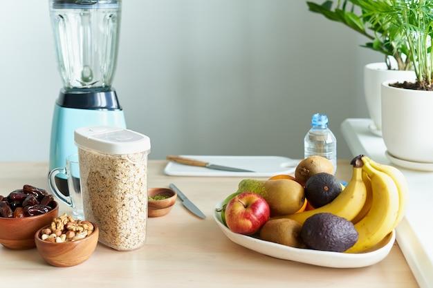 해독과 적절한 영양을 위해 스무디를 만드는 아침 비건 아침 식사