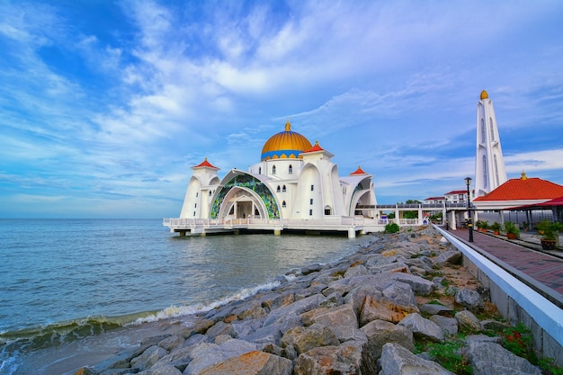 Утренний вид на мечеть малаккского пролива (masjid selat melaka), это мечеть, расположенная на искусственном острове малакка недалеко от города малакка, малайзия.