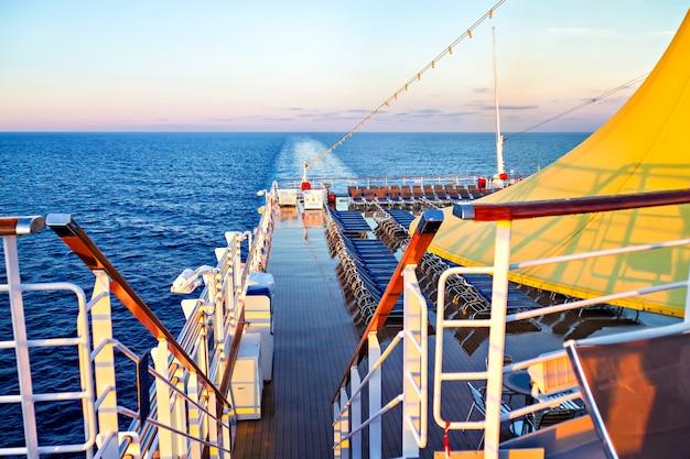 クルーズ客船のデッキからの朝の景色